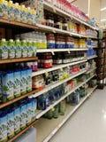 Flessen op smaak gebracht water op een Opslagplank Stock Fotografie