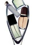 Flessen parfum in glas stock afbeelding