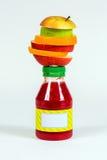 Flessen rode smoothie met stukken vers fruit op witte achtergrond Royalty-vrije Stock Fotografie
