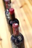 Flessen rode wijn Stock Afbeeldingen