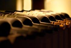 Flessen rode wijn op een plank Royalty-vrije Stock Afbeelding