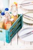 Flessen smakelijk vers eigengemaakt vruchtensap royalty-vrije stock afbeelding