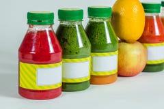 Flessen smoothie met verse appel en citroen op witte achtergrond Royalty-vrije Stock Afbeeldingen