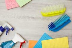 Flessen van detergens, kleuren microfiber servetten en synthetische borstel voor het schoonmaken stock foto's