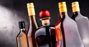 Flessen van geassorteerde alcoholische dranken stock afbeeldingen