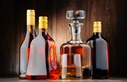 Flessen van geassorteerde alcoholische dranken en glas wisky stock foto's
