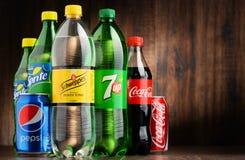 Flessen van geassorteerde globale frisdranken Stock Foto's