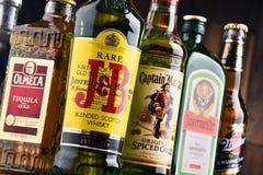 Flessen van geassorteerde globale sterke drankmerken Stock Foto's