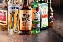 Flessen van geassorteerde globale sterke drankmerken Royalty-vrije Stock Afbeelding