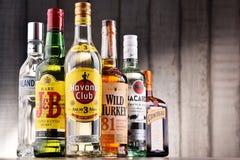 Flessen van geassorteerde globale sterke drankmerken Stock Afbeelding