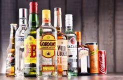 Flessen van geassorteerde globale sterke drankmerken Royalty-vrije Stock Afbeeldingen
