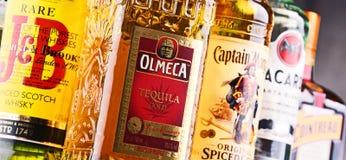 Flessen van geassorteerde globale sterke drankmerken Stock Fotografie