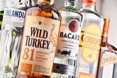 Flessen van geassorteerde globale sterke drankmerken Stock Foto