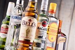 Flessen van geassorteerde globale sterke drankmerken Stock Afbeeldingen