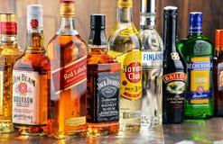 Flessen van geassorteerde sterke drankmerken Stock Afbeeldingen