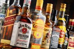 Flessen van geassorteerde sterke drankmerken Stock Foto