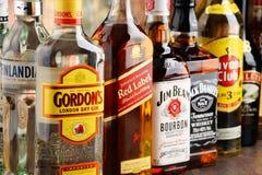 Flessen van geassorteerde sterke drankmerken Royalty-vrije Stock Foto's