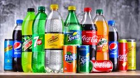 Flessen van globale frisdrankenmerken Stock Afbeeldingen