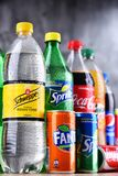 Flessen van globale frisdrankenmerken Stock Foto