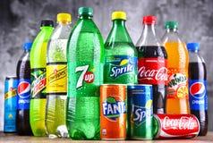 Flessen van globale frisdrankenmerken royalty-vrije stock afbeeldingen