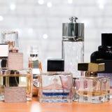 Flessen van het glas de blauwe parfum Royalty-vrije Stock Foto's