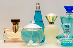 Flessen van het glas de blauwe parfum royalty-vrije stock foto