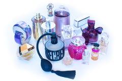 Flessen van het glas de blauwe parfum Stock Afbeeldingen