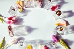 Flessen van het glas de blauwe parfum stock foto's