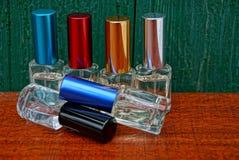 Flessen van het glas de kleine parfum met gekleurde kappen royalty-vrije stock afbeelding