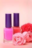 Flessen van het nagellak en namen bloemen toe Stock Afbeelding
