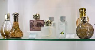 Flessen van parfumflessen met toiletwater op een glasplank stock afbeelding