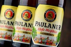 Flessen van Paulaner Hefe Weissbier Stock Afbeeldingen