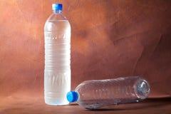 2 flessen van plastic waterflessen. Royalty-vrije Stock Foto's