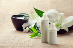 Flessen van room/lotions/serums en lilys stock fotografie