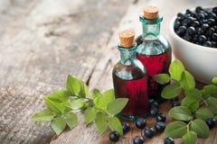 Flessen van tint of cosmetische product en bosbessen stock afbeelding
