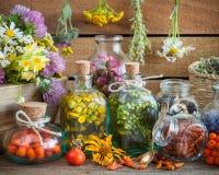 Flessen van tint en gezonde kruiden stock afbeeldingen
