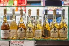 Flessen van Tokaji-wijn en andere traditionele Hongaren-dranken voor verkoop in de centrale markt van Boedapest, Nagy Vasarcsarno stock afbeeldingen