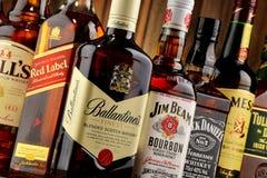 Flessen van verscheidene whiskymerken van de V.S., Ierland en Schotland Stock Fotografie
