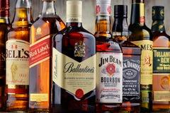 Flessen van verscheidene whiskymerken van de V.S., Ierland en Schotland Royalty-vrije Stock Afbeelding