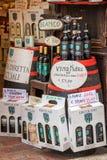 Flessen van Vino Nobile, de beroemdste wijn van Montepulciano, op vertoning buiten een wijnmakerij, op 21 Juli, 2017, in Montpulc Stock Fotografie