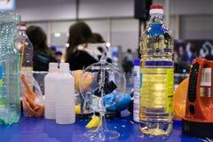 Flessen vloeistoffen voor wetenschappelijke experimenten voor kinderen, wijnstok royalty-vrije stock afbeelding