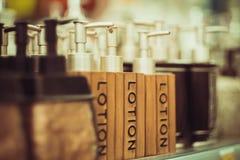 Flessen voor zeep in de opslag Stock Afbeelding