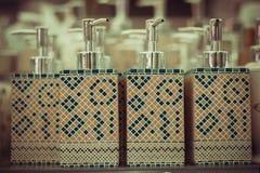 Flessen voor zeep in de opslag Stock Foto