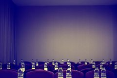 Flessen water in de vergaderzaal Stock Afbeelding