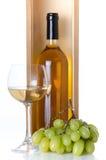 Flessen wijn in een houten doos met een glas van wijn en wit g Royalty-vrije Stock Foto's