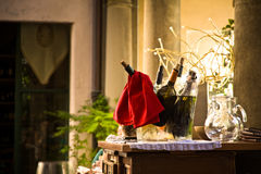 Flessen wijn in emmer Stock Fotografie