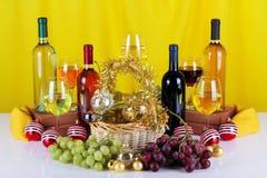 Flessen wijn met druiven en Kerstmisdecoratie Royalty-vrije Stock Foto