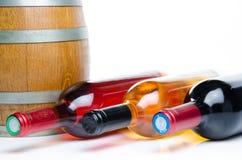 Flessen wijn met een vat Stock Afbeeldingen