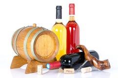 Flessen wijn met een vat en een kurketrekker Stock Fotografie