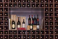 Flessen wijn op de planken Stock Foto's